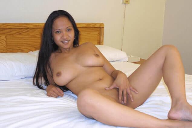 Amateur Sexfoto von nackter Thai Nutte beim Muschi wichsen