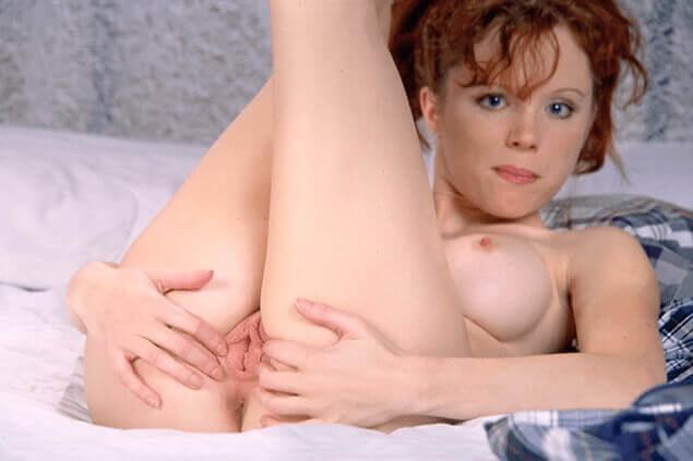 Rothaarige Teenschlampe zeigt auf privatem Amateursexbild ihr rosa Fotzenloch