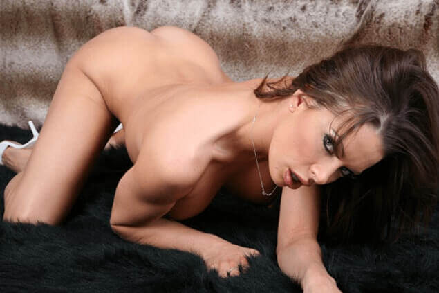 Sexy Amateur Luder zeigt sich auf privatem XXX Bild vollkommen nackt