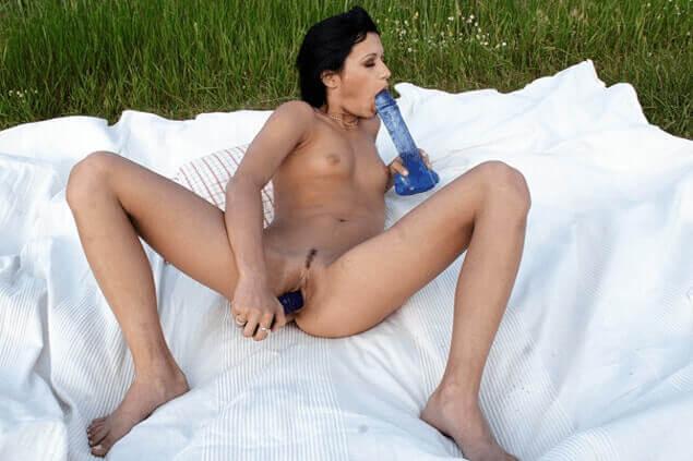 Sexy Amateur Nutte fickt sich die enge Fotze mit dem Dildo im Freien